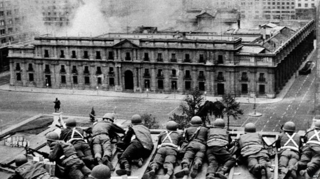 Militares apostados como francotiradores disparan contra La Moneda el 11 de septiembre. AFP