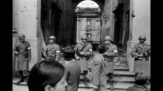 Militares hacen guardia en La Moneda el día después del golpe