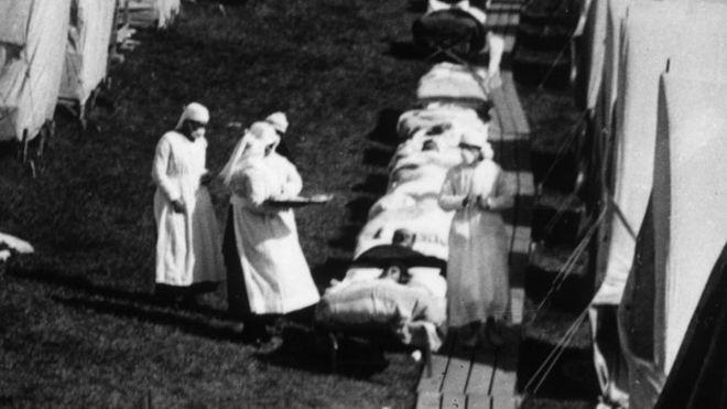 Enfermeiros prestam auxílio a vítimas da gripe espanhola nos EUA em 1918