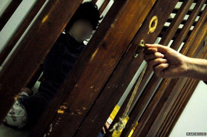 Resultado de imagen de niño encerrado en una jaula
