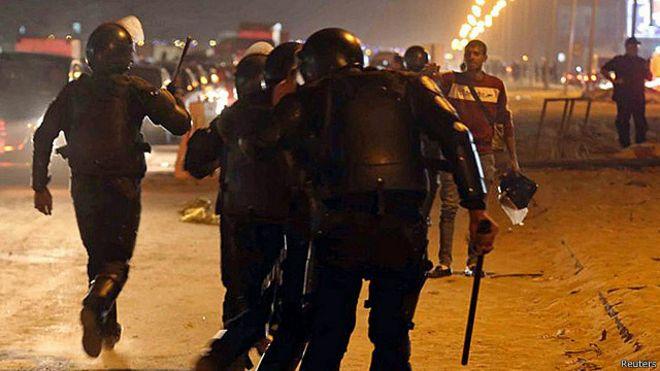 22 قتيلا في اشتباكات بين قوات الأمن ومشجعين في مصر