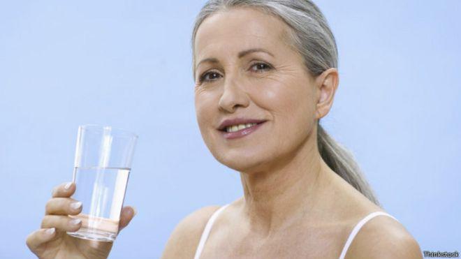 Que beneficios tiene tomar un vaso de agua antes de dormir