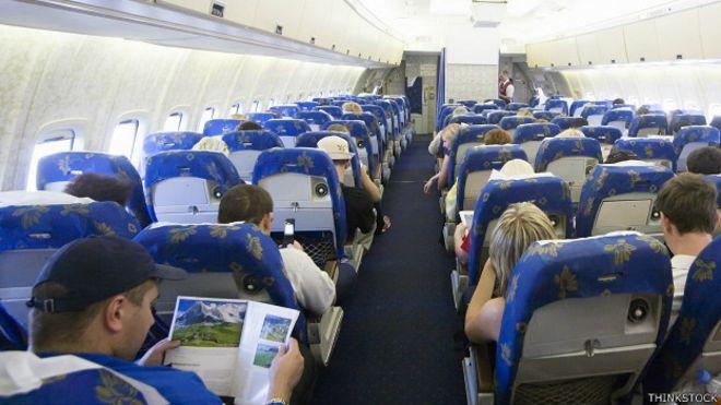 Pasajeros en un avión comercial