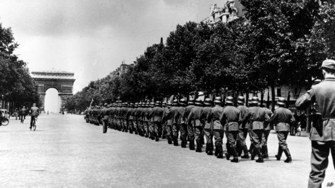 Tropas alemanas marchando en Paris.
