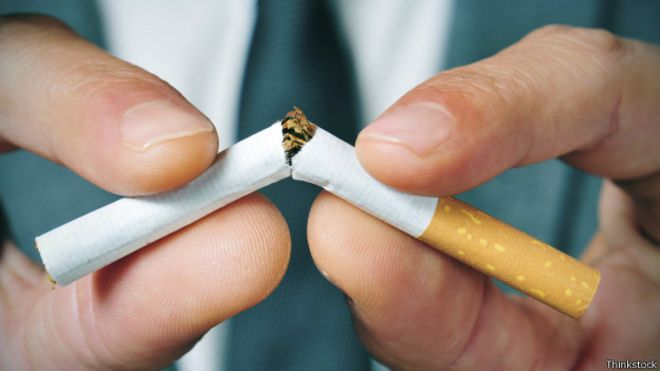 Persona agarrando cigarrillo