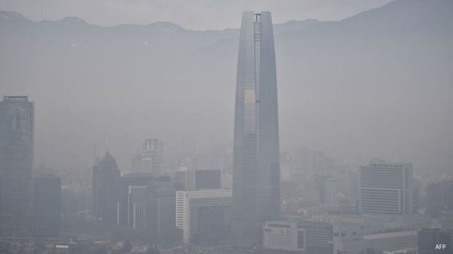 Santiago cubierto por el smog