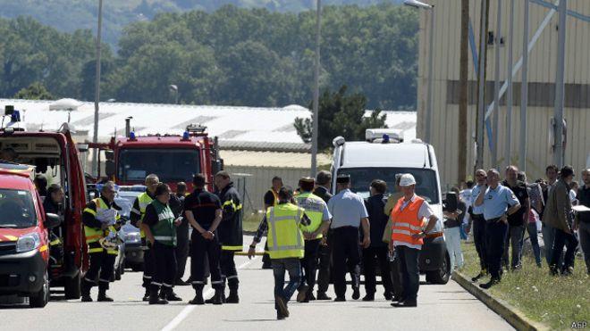 Al lugar llegaron rápidamente servicios de rescate y fue acordonado por la policía.