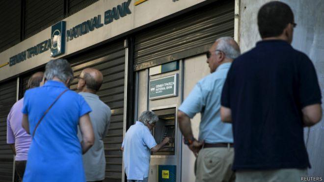 En las últimas horas, la gente hace cola ante los cajeros griegos por temor a un corralito.