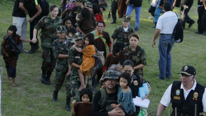 Militares peruanos rescatan a niños en cautiverio por Sendero Luminoso