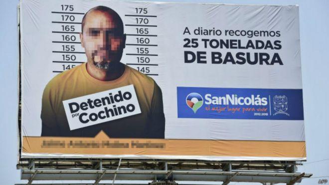 Cartel que exhibe a un sancionado por tirar basura en San Nicolás de los Garza, Nuevo León, México. Foto: AFP/Getty