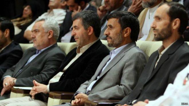 Ahmedi Nejad (sağdan ikinci) ve yolsuzlukla suçlanan siyasiler mahkeme salonunda. Onun sağındaki ve solundaki hapishaneye atıldı.
