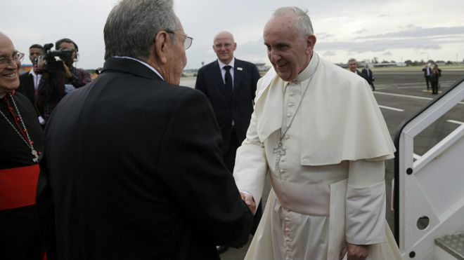 https://ichef.bbci.co.uk/news/ws/660/amz/worldservice/live/assets/images/2015/09/20/150920020315_sp_cuba_castro_pope_francisco_624x351_ap_nocredit.jpg