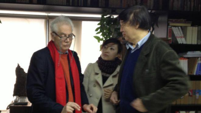托笔(左)与中国著名作家冯骥才(右)