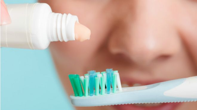 El bicarbonato es bueno para lavar los dientes