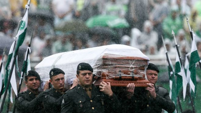 巴西空军士兵将一名沙佩科恩斯遇难者的灵柩抬进体育场(3/12/2016)