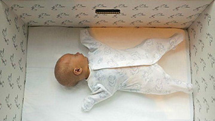 741438200 Por qué los bebés de Finlandia duermen en cajas de cartón - BBC News Mundo