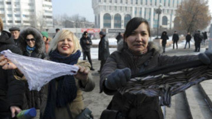 192bcdced Proibição a calcinhas de renda gera protesto no Cazaquistão - BBC News  Brasil