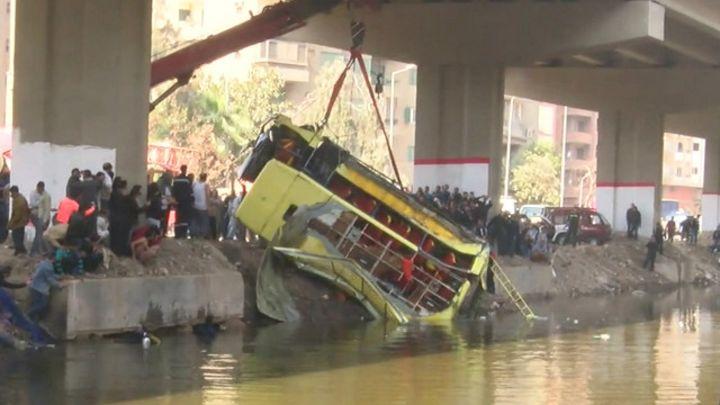 مصرع 12 شخصا وإصابة 14 في حادثة سقوط حافلة بمصر