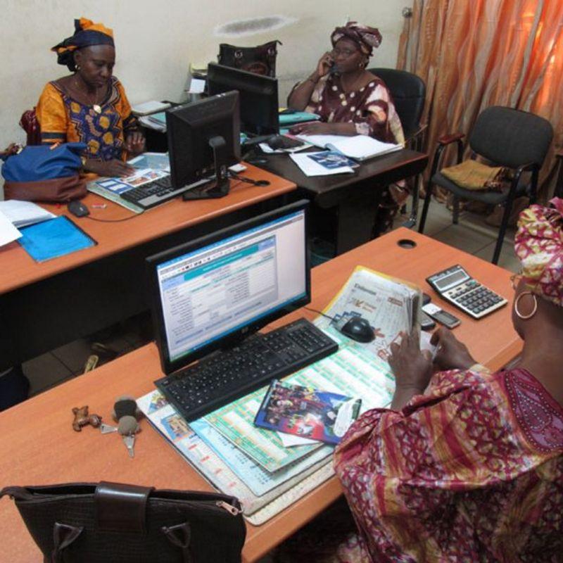 Aissata Yattara (atrás a la derecha) con sus colegas Kani Sissoko y Adama Fofana