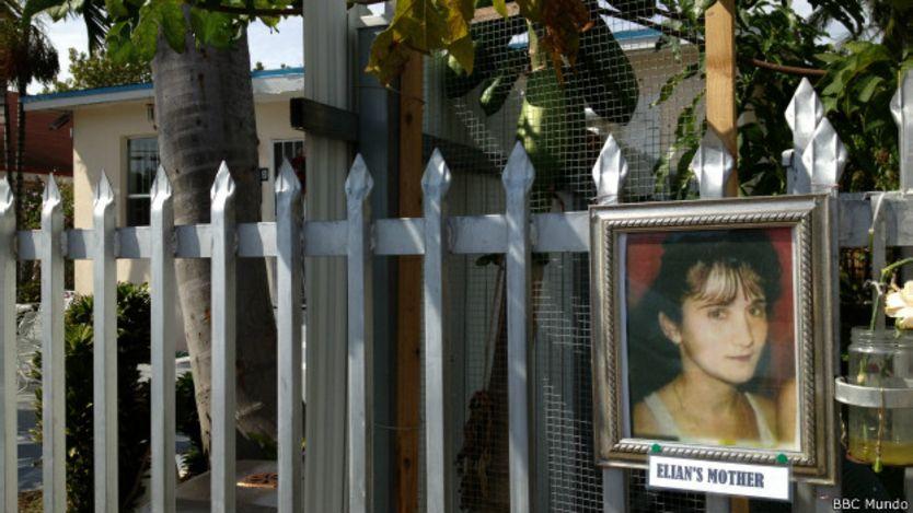 Foto madre de Elián en entrada de la casa