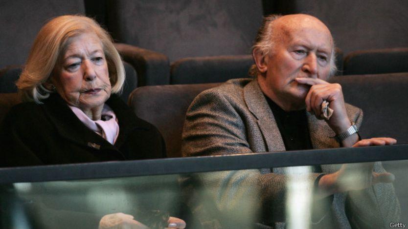 Gena Turgel junto a otro superviviente en un homenaje en 2005.