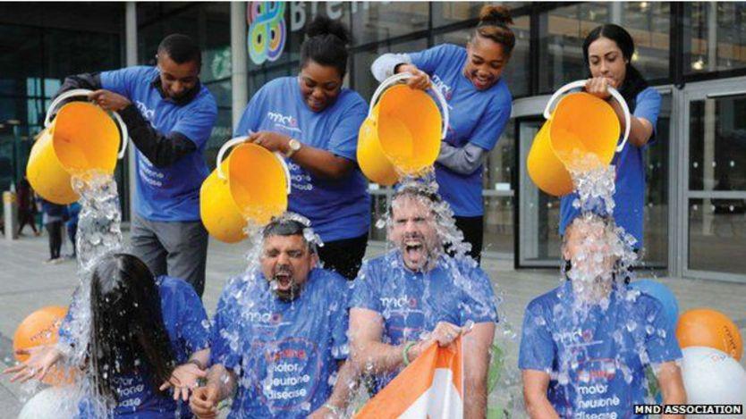 Grupo de personas haciendo el desafío de la cubeta de agua helada