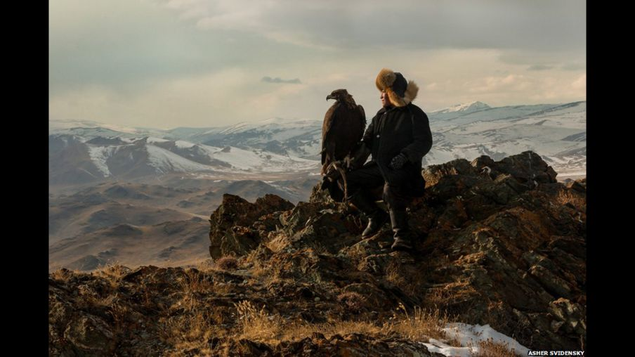 Dağ eteklerinde kartalıyla dolaşan küçük avcılar