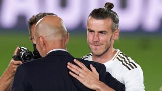Gareth Bale hugs Zinedine Zidane