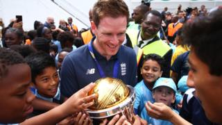 Eoin Morgan parades the World Cup trophy