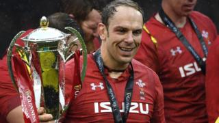 Alun Wyn Jones lifts trophy