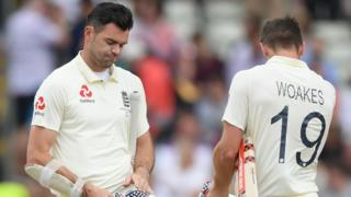 James Anderson & Chris Woakes look dejected