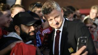 Ole Gunnar Solskjaer with Man United fan