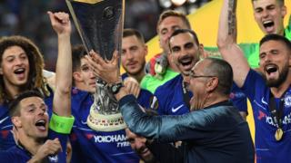 Maurizio Sarri and Chelsea players with the Europa League trophy