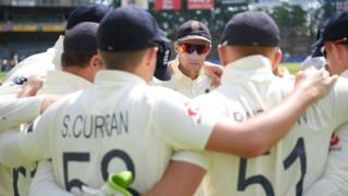 Joe Root leads England team huddle at The Wanderers