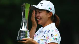 Hinako Shibuno with the trophy