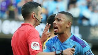 Referee Michael Oliver (left) and Gabriel Jesus