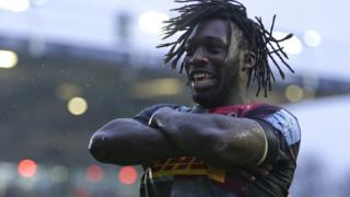 Gabriel Ibitoye of Harlequins celebrates scoring his sides fourth try against Saracens