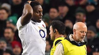 Maro Itoje leaves the field with a doctor