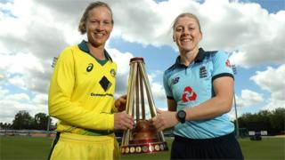 Heather Knight and Meg Lanning with the Women's Ashes