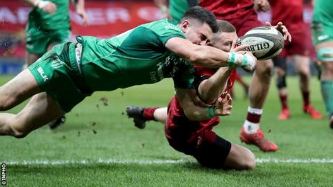 Andrew Conway narrowly beats Tiernan O'Halloran to the ball to score Munster's second try