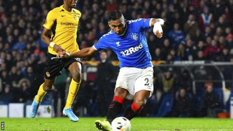 Rangers stroll past Hibs to keep Celtic in sight