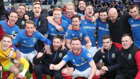 Linfield's draw put them 12 points ahead of second-placed Ballymena with three games left