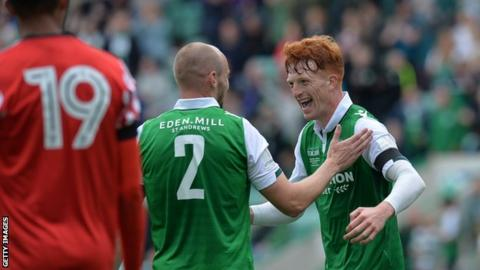 Hibs' Simon Murray (right) celebrates scoring against Sunderland