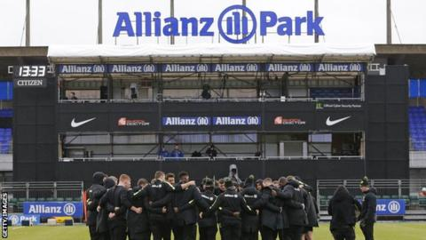 A general shot of Saracens players in a huddle at Allianz Park