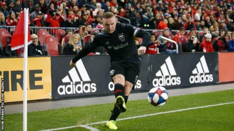 Wayne Rooney takes a corner for DC United
