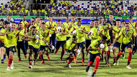 TOPSHOT - Colombia's players pose with their gold medals after winning the Men's Football match against Venezuela during the 2018 Central American and Caribbean Games (CAC), in Barranquilla, Colombia, on July 31, 2018. (Photo by LUIS ACOSTA / AFP) (Photo credit should read LUIS ACOSTA/AFP/Getty Images)