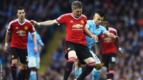 Manchester United midfielder Bastian Schweinsteiger (centre)