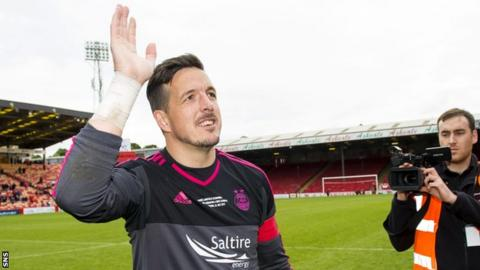 Aberdeen goalkeeper Jamie Langfield waves to the club's fans