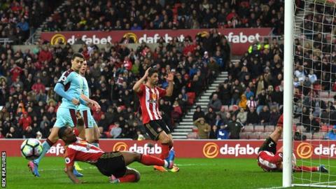 Billy Jones misses for Sunderland
