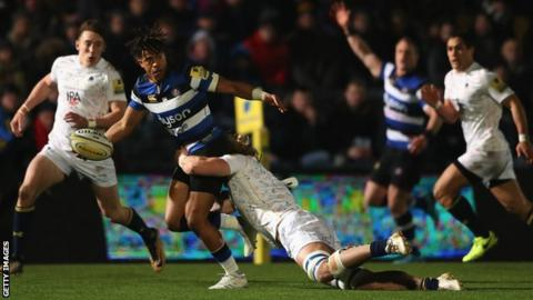 Worcester try to tackle Anthony Watson who looks for an offload to keep Bath moving forward